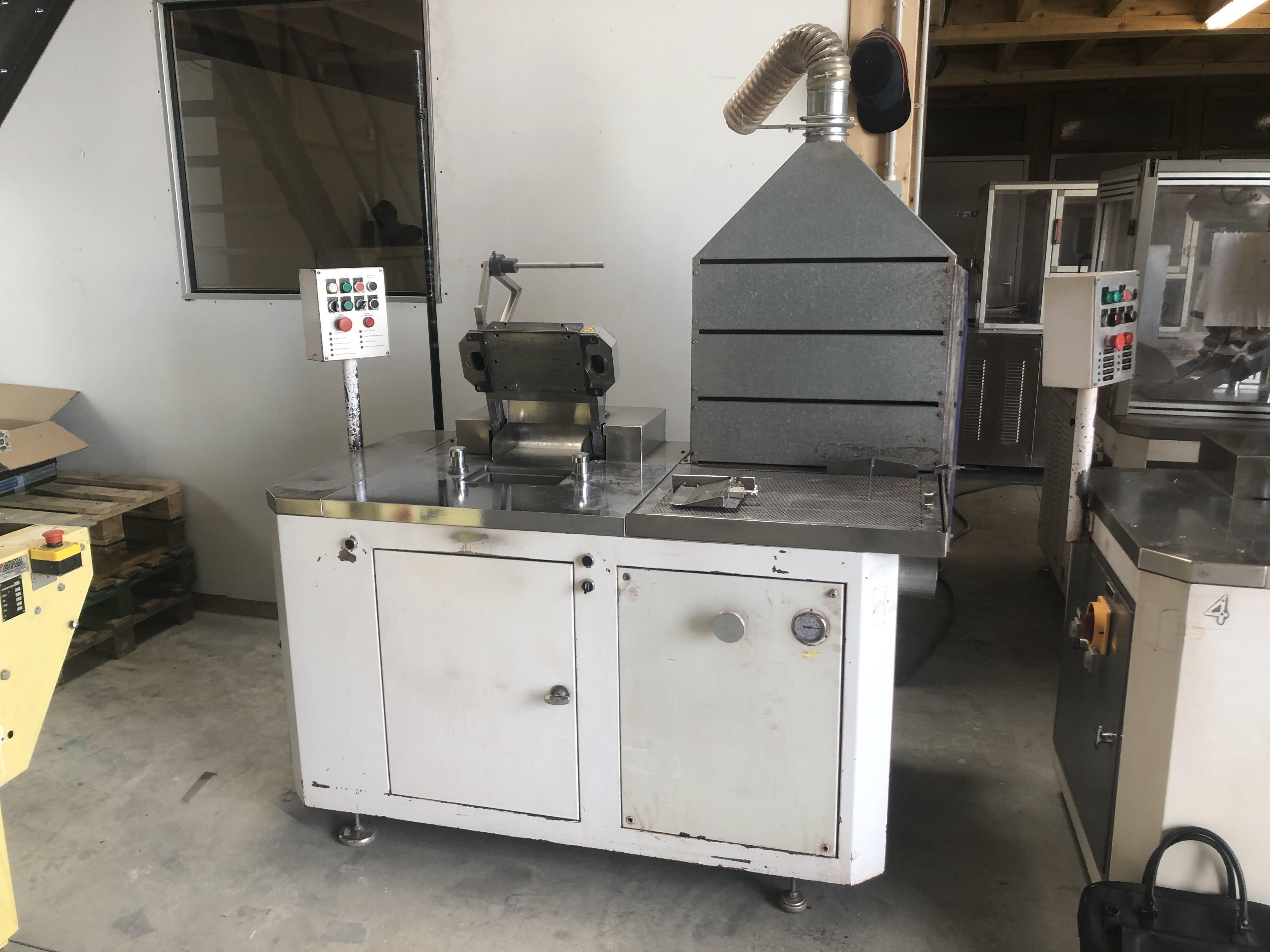 Semi-automatic compactor / press for cosmetic powders